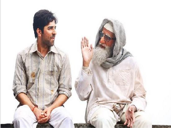 Ayushmann Khurrana heaps praises on Big B with still from 'Gulabo Sitabo'