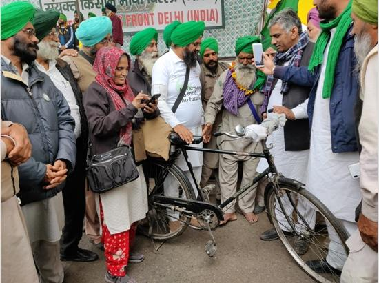 63-year-old farmer pedals 400 km from Bholath to Delhi to join the protest