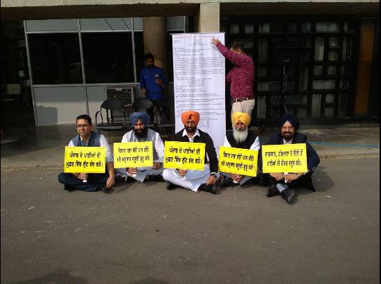 AAP and LIP MLAs hold peaceful protest asking Punjab Govt to take up issue of levy on water
