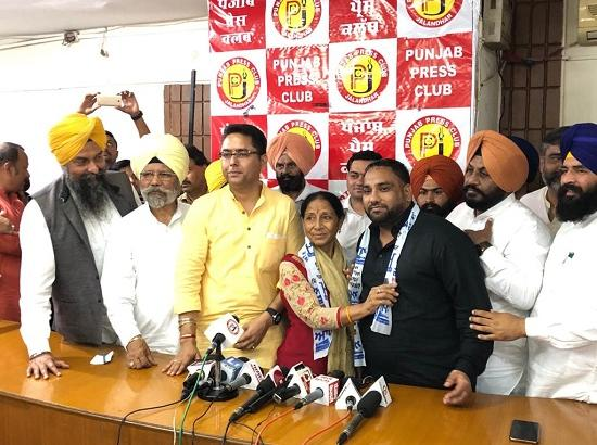 Congress MP Dullon's wife  joins AAP ,  to contest LS poll from Fatehgarh Sahib