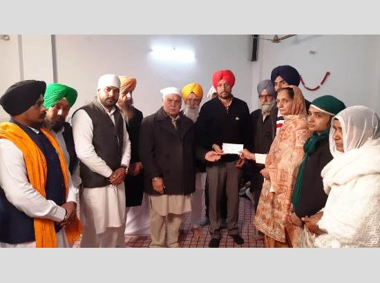 Administration gives Rs.5 lakh relief to family of farmer died during protest at Singhu bo