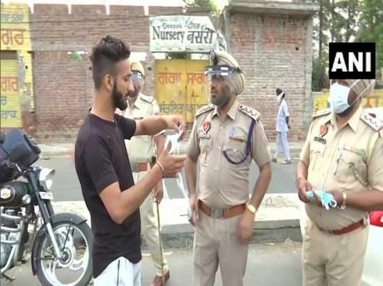 Amritsar Police distribute masks to spread awareness about COVID-19
