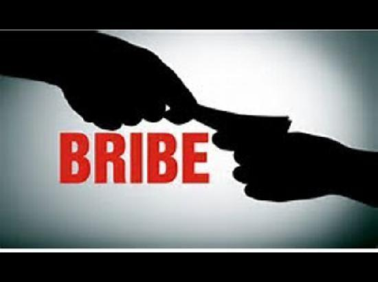 Estate Officer of Waqf Board, Rohtak caught red-handed while accepting bribe of Rs. 50,000