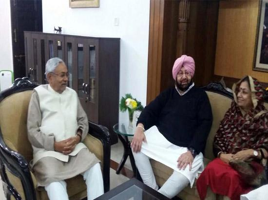 Captain Amarinder holds informal talks with Nitish Kumar over lunch