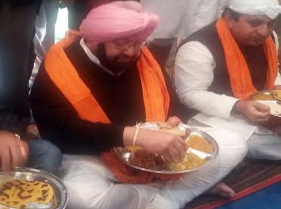 Captain Amarinder prays at Patna Sahib, serves langar to devotees