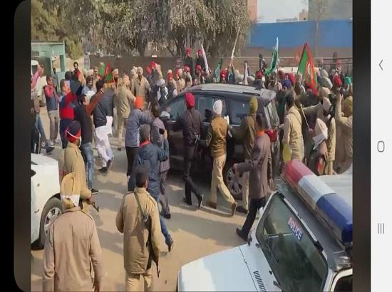 Agitating farmers attack Punjab BJP chief's car in Ferozepur