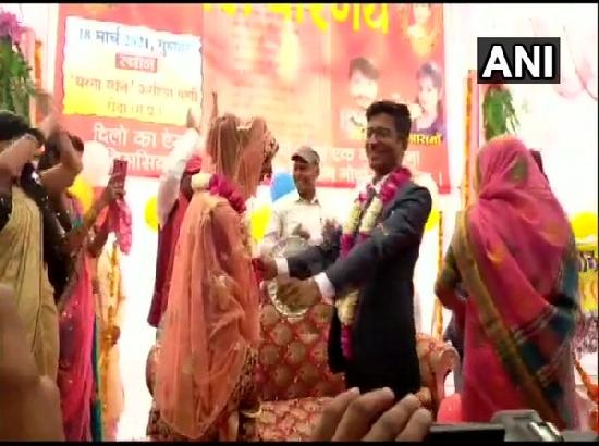 Couple ties knot at farmers' protest site