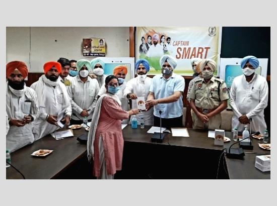 Under Punjab Smart Connect Scheme, DC Ferozepur hands over smartphones to Class XII studen