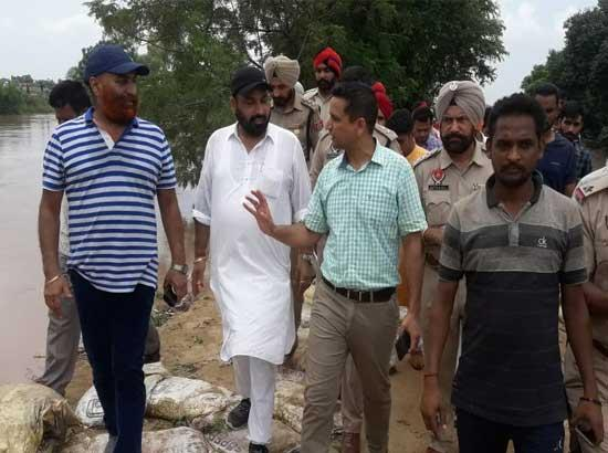 Sangrur Floods : DC, SSP take stock of Ghaggar river at Moonak's Phulad village
