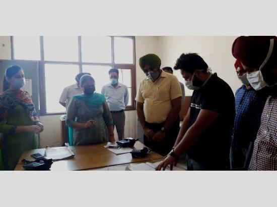 DC Ferozepur visits Control Room, pats staff for rendering marvelous services amid Covid-1