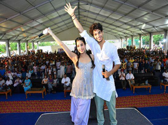 Dhadak stars Jhanvi Kapoor and Ishaan Khatter perform at Chandigarh University