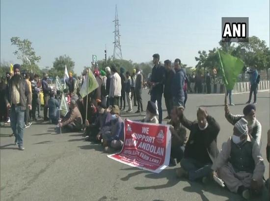Chakka Jaam: Farmer organizations in Jammu stage protest on Jammu-Pathankot highway