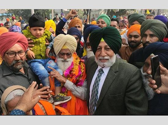 Released from Tihar jail, 80 years old Dharmi Fauji Baba Gurmukh Singh warm welcome by the