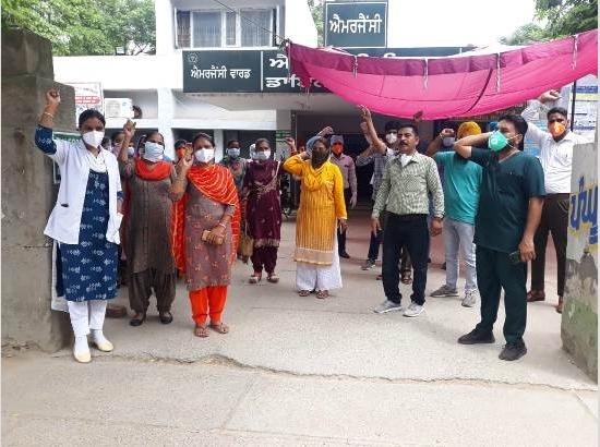Frontline health workers protest in support of Paramjeet Kaur died during Covid-19 duty