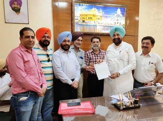 Journalists' delegation gives memorandum to Health Minister to provide benefits under Health Insurance Scheme