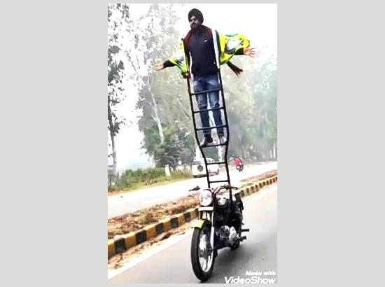 Mandeep Singh Stunt Biker supports farmers in his own style