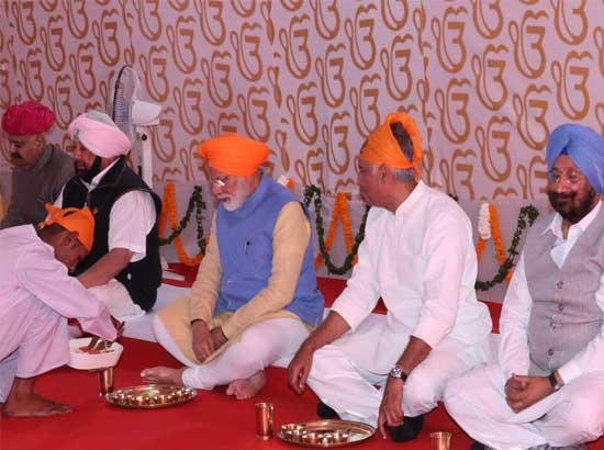 PM along with Captain Amarinder partakes Langar in Punjab Government Pandal