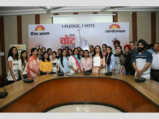 Lok Sabha Elections 2019: DC administers oath to students & members of NGO's to vote in fr