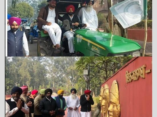 MLA Pinki flagged off tractors rally for Delhi from Martyrs' Memorial Hussainiwala