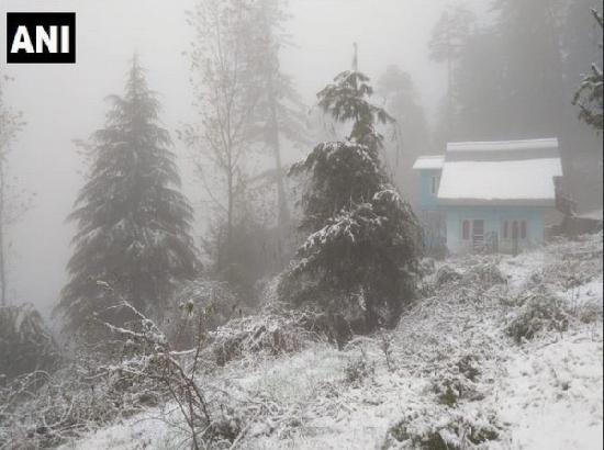 Heavy snowfall disrupts normal life in JK, Himachal