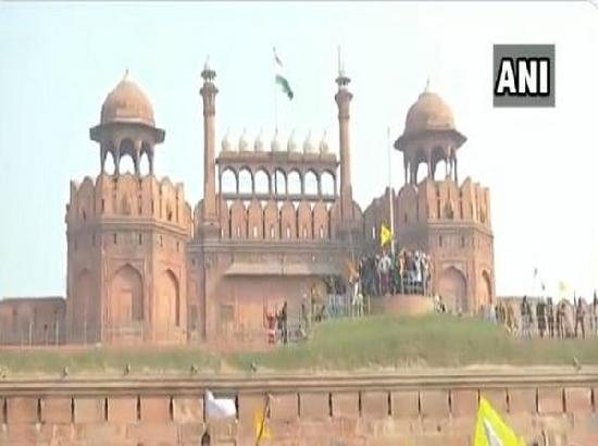 Protestors wave flags from ramparts of Red Fort in Delhi