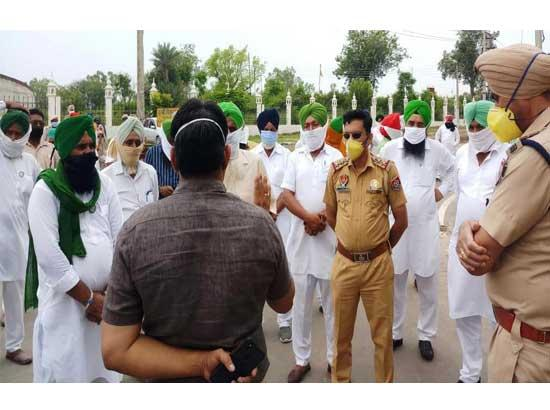 Police didn't allow various Kissan Unions to hold meeting & to organize protest against an
