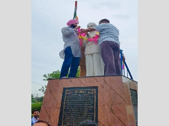 On campaign trail in Punjab: Kejriwal pays floral tributes to Shaheed Udham Singh