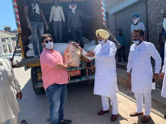Balbir Singh Sidhu serves cooked food & raw food packets to the needy