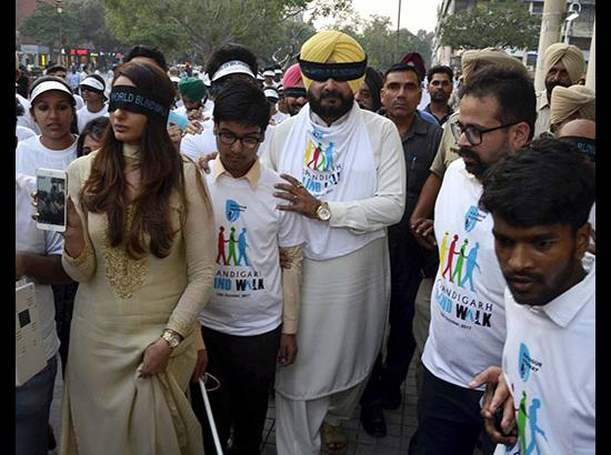 Blindfolded Navjot Sidhu leads Chandigarh Blind Walk ( Watch Video also )