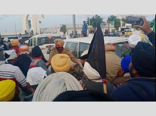Fatehgarh Sahib : Sukhbir Singh Badal shown black flags, turbans tossed in scuffle