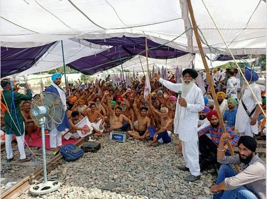 Farmers protest continue on railway track after taking off clothes in Ferozepur