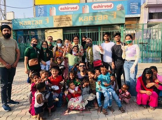 Khaanaleia & Robin Hood Army organize Food Drive at slums on Ludhiana-Delhi road