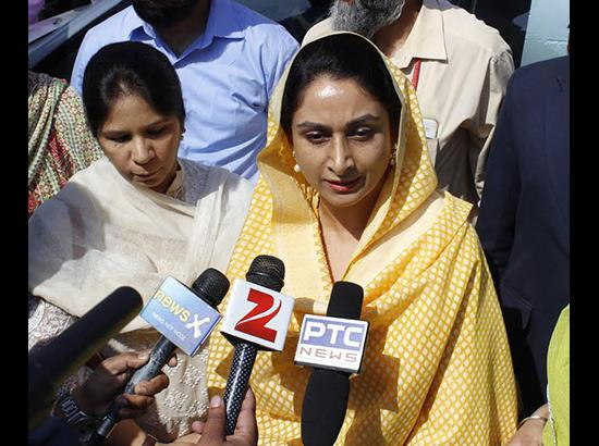 Behave.. otherwise you face violent Akalis...Harsimrat Badal's warning message to AAP ( Watch Video also )