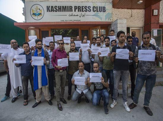 Kashmiri journalists protest an English daily's report branding them as jihadists