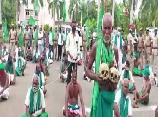 Holding skulls, Tamil Nadu farmers protest against agriculture bills
