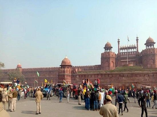 Delhi police resort to lathi-charge at Red Fort