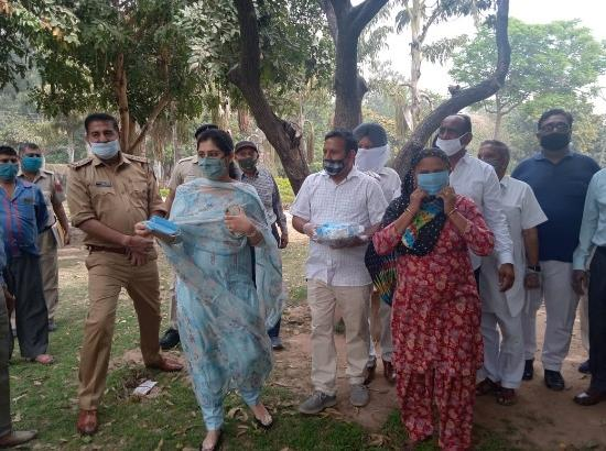 Chandigarh SDM distribute masks among residents