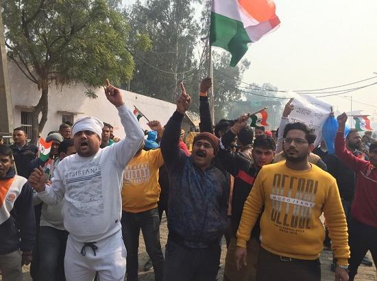 Tension at Singhu, Localites raises slogans against protesters , Delhi-Singh road closed
