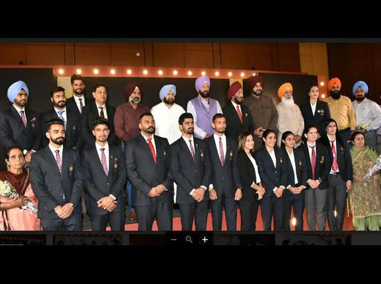 Punjab CM presents awards to CWG, Asiad medalists, Sukhdev Dhindsa also present